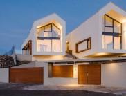一座有兩個山墻屋頂的房子,創造了一種自然的溫暖