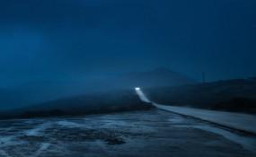 亨利·普雷斯拍攝夜間駕車穿過昏暗荒蕪鄉村時的驚人照片