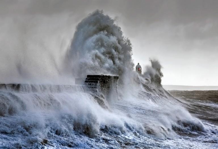 攝影師花費數年時間記錄巨大的海浪撞的相關圖片