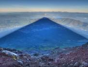 摄影师捕捉到日出时富士山的完美阴影,太震撼了!