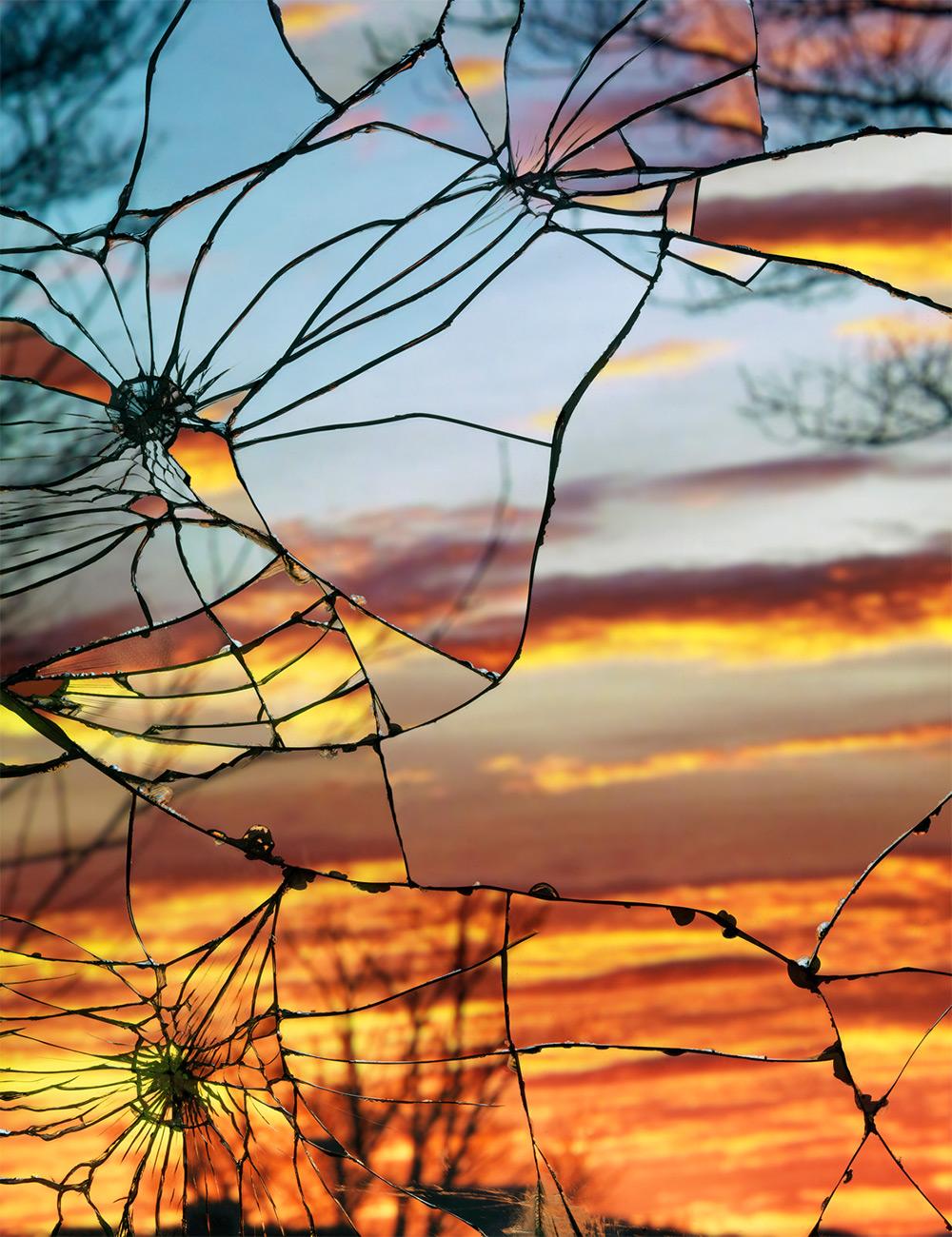 摄影师Bing Wright 捕捉破碎镜子里的黄昏,美得令人窒息