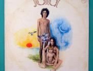专辑《Jóia》的字体设计,看起来巧妙无比
