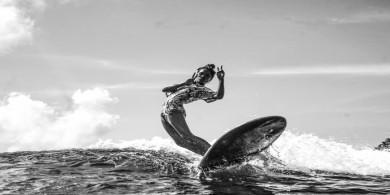 三十名女性冲浪者的授权照片系列