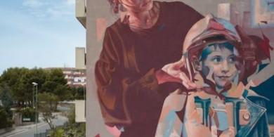 荷兰街头艺术家Telmo Miel描绘了一幅女人给儿子戴上头盔的壁画